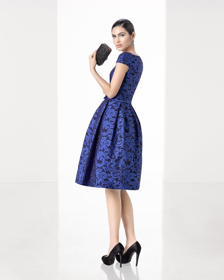 Vestido de fiesta corto clásico de costura de brocado con escote pico y manga corta, en color coral, azul y cobalto.