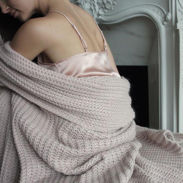 Stay cozy 💫 #goodevening #mood #staycozy #staystylish #wearsilk #silk #slipdress #thinkpink #puresilk #silksleepwear #premium #quality #minimal #classic #classy #moyestore #moyehomewear