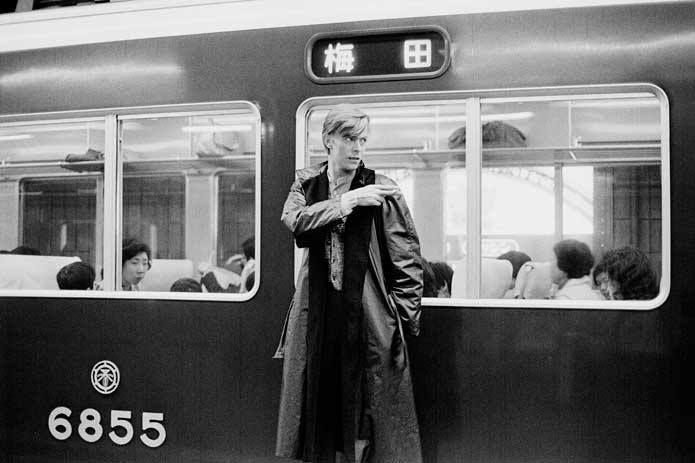 1980年代と思われます。この頃は駅のホームも禁煙ではなかったのでタバコを持っている姿が印象的です。デビッドボウイは、京都に住んでいたという都市伝説があるそうですが…