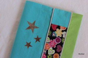 un cadeau de naissance, le protège carnet de santé avec tissu imprimé, passepoil et étoiles