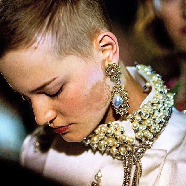 The romantic elegance of the @giambattistavalliparis haute-couture enhanced by the unique #Buccellati high-jewelry creations. Photo via @voguerunway  #GiambattistaValli #HauteCouture #PFW
