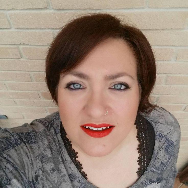 Sono Margherita, marchigiana da 39 anni, web designer e seo senior freelance. Ho un marito, un figlio diciannovenne e uno di nove anni e una casa troppo grande, specie quando la devo riordinare e pulire. Ho costruito il mio angolo di paradiso, fatto di uno specchio, di pennelli da viso, una cassettiera di makeup e uno scaffale di smalti, creme e cremine, dove mi coccolo e gioco con matite, mascara, ombretti e rossetti. http://www.isabellaratti.com/sorrisi-e-altri-rossetti/