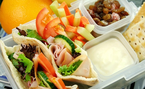 Pita gezond met dip. Salade. Gedroogd fruit. Crackers: Healthy Lunch, School Lunch, Lunch Ideas, Lunches, Food, Lunchbox, Kid