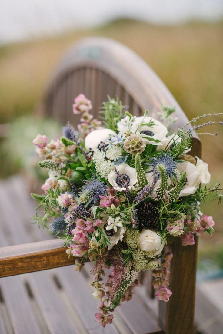 I love how romantic this bouquet looks!