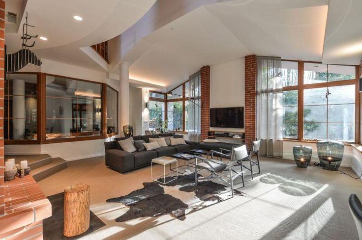Hnědý sisalový koberec do obývacího pokoje, dodává BOCA Group. / Brown sisal carpet in the living room.  http://www.bocapraha.cz/cs/reference-detail/98/rodinny-dum-klanovice/
