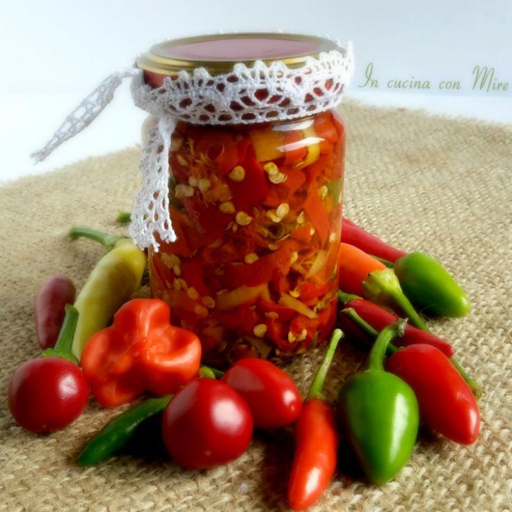 I peperoncini conservati in olio, per chi ama il piccante basta una punta di cucchiaino sugli spaghetti, legumi e altri pietanze per esaltarne il sapore.
