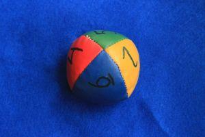Tiokamrater boll, Lämpligt antal barn står i en cirkel, ca 5-10 barn är lagom. Barnen kastar försiktigt bollen till varandra. Se efter vilket tal som kommer närmst/under tummen när du fångar bollen. Säg tiokamraten till detta tal och kasta bollen vidare till nästa kamrat.