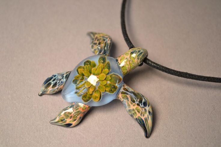 Blue Sea Turtle ciondolo con Anemone all'interno del guscio di tartaruga di mare di Glassnfire su Etsy https://www.etsy.com/it/listing/159660217/blue-sea-turtle-ciondolo-con-anemone