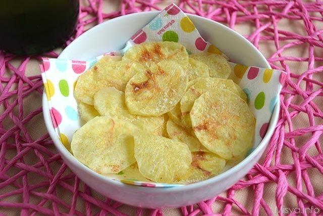 Le Chips di patate al microonde sono davvero una furbata da 10 e lode, quando ho provato la ricetta, quasi non ci credevo che in 4 minuti