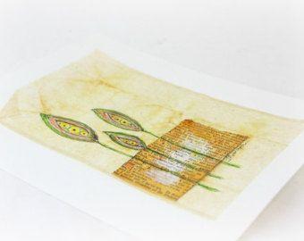 Collage floreale sulla bustina di tè, da Judy Applegarth  Si tratta di un originale, non una stampa. Mixed media collage è stato creato il sacchetto di tè verde acquerellato. Questo originale unico, uno di un biglietto di auguri fatti a mano gentile è perfetto per ogni occasione, compleanno o semplicemente per dire che ti interessa. Ognuna delle mie carte di arte è un originale e due non sono uguali.  Bustina di tè è rispettato un 5,5 x 7 carta da acquerello e stuoia di 8 x 10 disponibile…