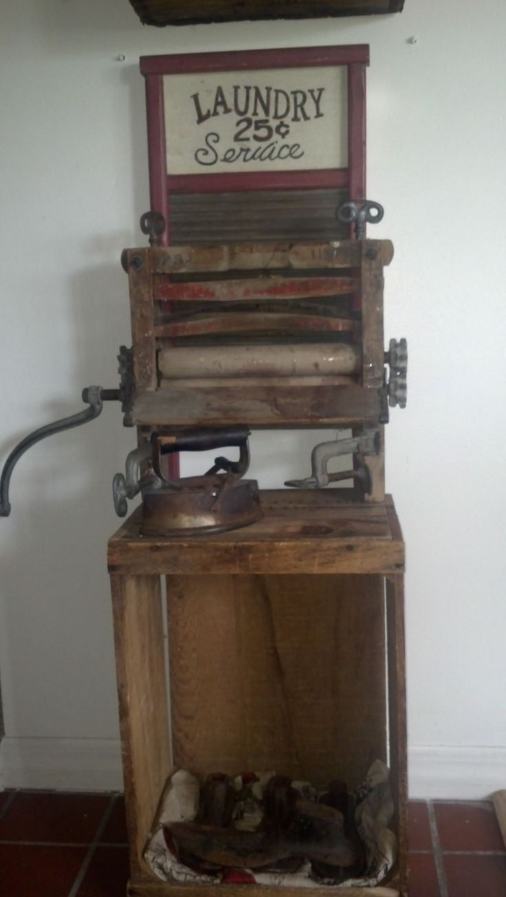 Antieke wringer en strijkijzer.