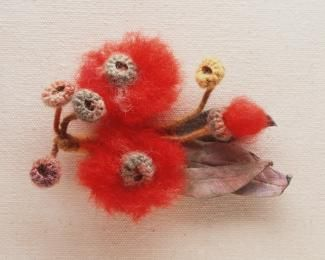 Brooch, red gum blossoms, wool / kid leather / metal, made by Lucie Dalgarno, Sydney, , c. 1920-1930 - Powerhouse Museum Collection