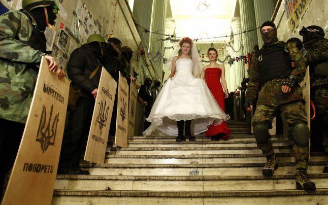 Dragoste pe câmpul de luptă: tinerii ucraineni îşi spun jurăminte de iubire în Piaţa Independenţei din Kiev