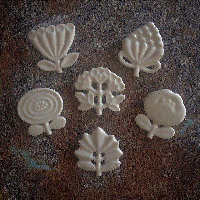 """白い花が大好きだという 竹村聡子さんの白磁のブローチ。 画家 藤田嗣治氏の作品に感銘を受け、白磁土とオリジナルの釉薬を用いて自分なりの""""素晴らしき乳白色""""の表現を目指しているそうです。柔らかでまろやかな白、何だか優しい気持ちになりますね。 #satokopo https://www.iichi.com/listing/item/663829 #iichi #handmade #handcrafted #手仕事 #手仕事のある暮らし #ブローチ #白磁 #花 #白#flower #brooch #whiteporcelains #white"""