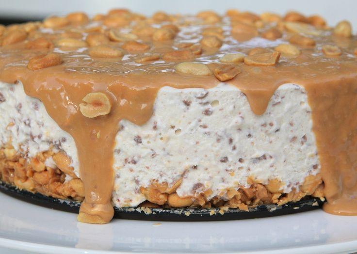 Snickerscheesecake. Jag blandade allt jag gillade på denna cheesecake : Choklad, salta jordnötter, söt kolakräm ochdet blev faktist hel galet gott , bland de godaste jag gjort.