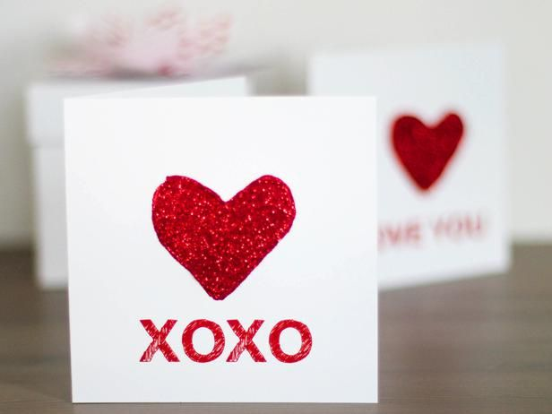 Free XOXO and I LOVE YOU card template! Let the kids decorate with paint or glitter.