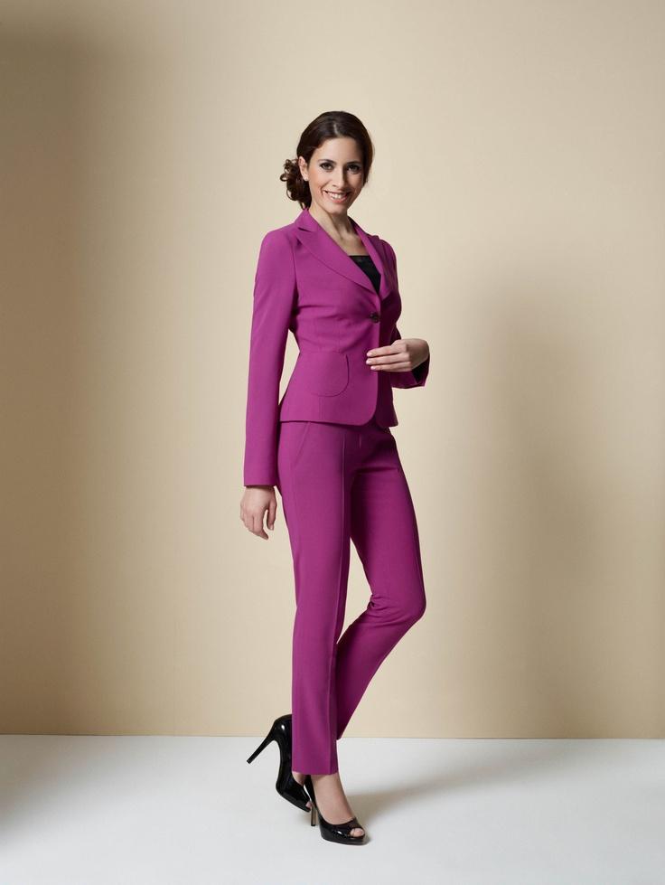 Dieser Sommer hat die rosarote Brille auf – und auch wir von DOLZER sehen Pink! Ob als Hosenanzug oder als Etuikleid mit Blazer, dieses Ensemble überzeugt durch Farbe!    Look-Details: In Kombination mit Schwarz wird Pink Business- und Abendtauglich.