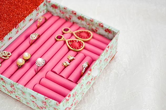 How to make a pretty little ring box from — wait for it — foam hair curlers - super idee auch zur aufbewahrung von ringen