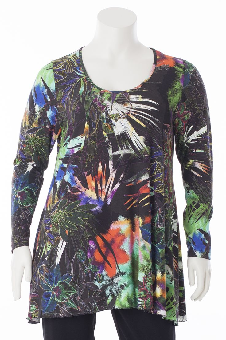 Exelle   Perfect fit print shirt. Small at the top, A-lined to the bottom. It has long sleeves, a round neckline and bridaled seam edge. Made of viscose/elastane.