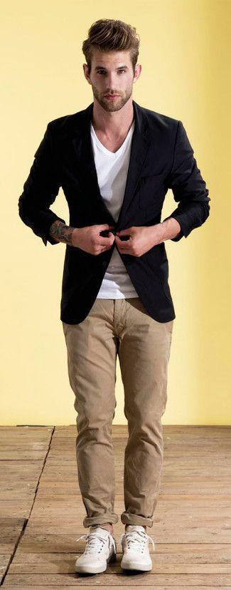 Perfecciona el look casual elegante en un blazer negro y un pantalón chino marrón claro. Tenis de cuero blancos contrastarán muy bien con el resto del conjunto.
