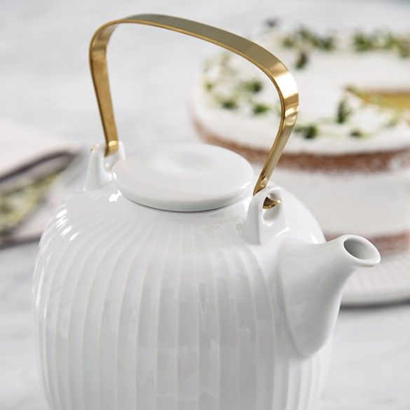 The white porcelain teapot from the Hammershøi range is perfect for luxurious moments and get-togethers at home over a well-brewed cup of tea.