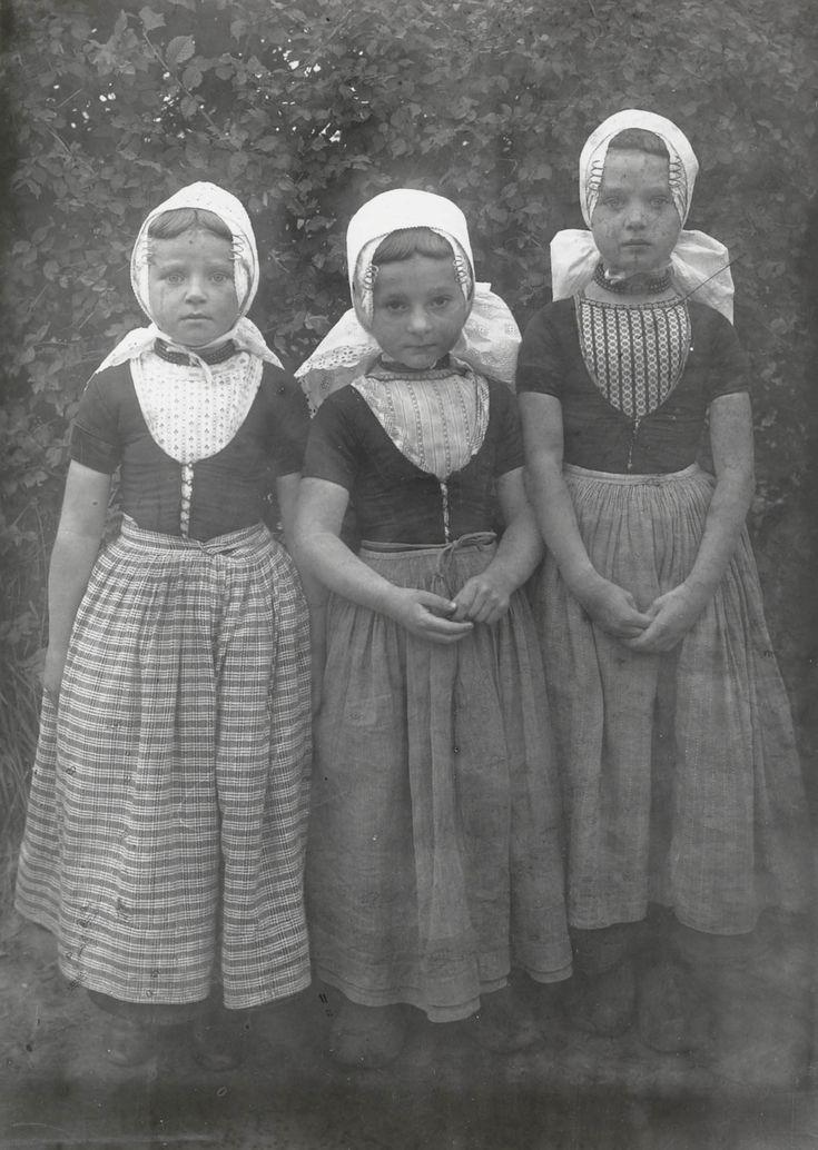 Drie meisjes in Walcherse dracht 1913-1916. Opknapdracht #Zeeland #Walcheren