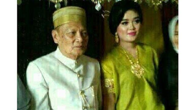 Wow! Dinikahi Kakek Umur 70 ABG Ini Dikasih Mahar Lebih Dari 1 Milyar http://ift.tt/2oVsex4  MAKASSAR - Mantan Wakil Wali (Wawali) Kota Parepare Tajuddin Kammisi (70 tahun) baru saja menikahi gadis bangsawan Bone Andi Fitri (25 tahun). Ijab qabul Tajuddin Kammisi dengan Andi Fitri dilangsungkan di kediaman mempelai wanita di Dusun Tanah Tengah Desa Liliriawang Kecamatan Bengo Bone Sabtu (22/4/2017) kemarin. Pernikahan Tajuddin dengan Andi Fitri yang terpaut usia 45 tahun itu dengan mahar…