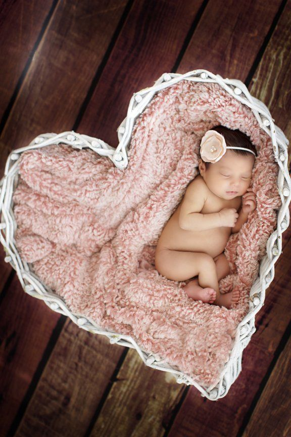 LOVE this basket- must use this for newborn shoot!