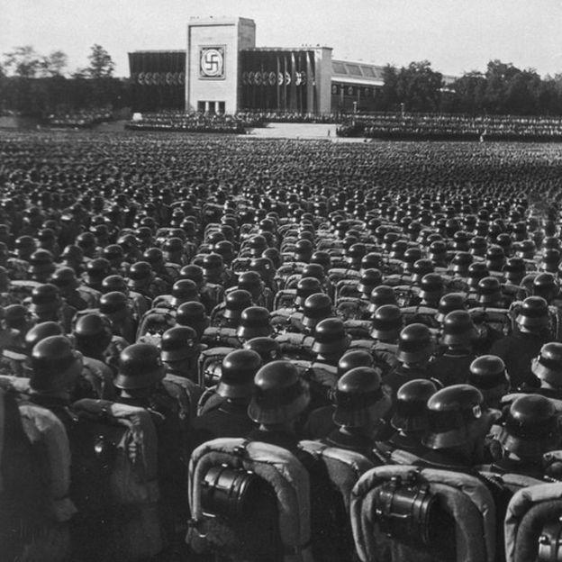 """Com a ascensão do nazismo na Alemanha, Emmy teve de abandonar a vida acadêmica em seu país devido à entrada em vigor de uma lei que proibiu os judeus de exercerem cargos governamentais ou universitários, lembra Lucibella. Emmy foi, assim, demitida de Goettingen. """"No começo, passou a receber os alunos em sua casa, mas foi finalmente forçada a abandonar a Alemanha, junto a muitos outros acadêmicos judeus"""", acrescenta o especialista."""