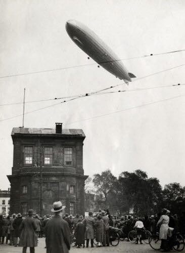 Rotterdam - Het Duitse luchtschip LZ 127 Graf Zeppelin tijdens de Hollandfahrt boven de Delftse Poort.  13 oktober 1929