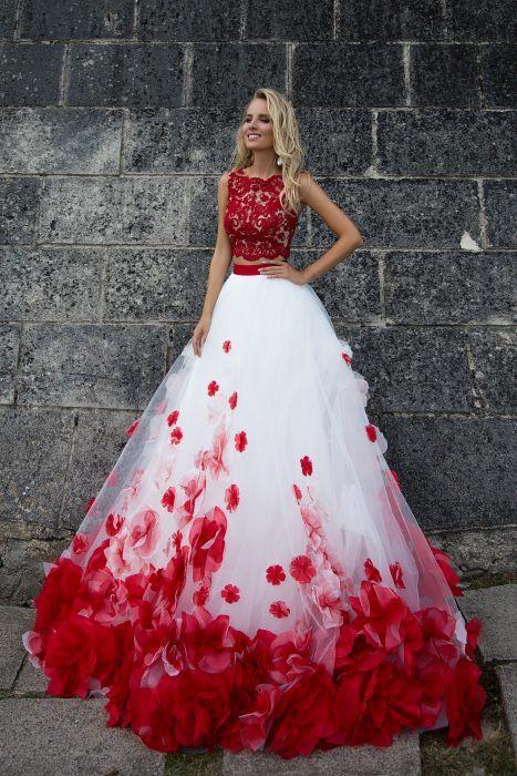 487a67f85 Chica con vestido para XV años de corte princesa color blanco y rojo con  flores y encaje