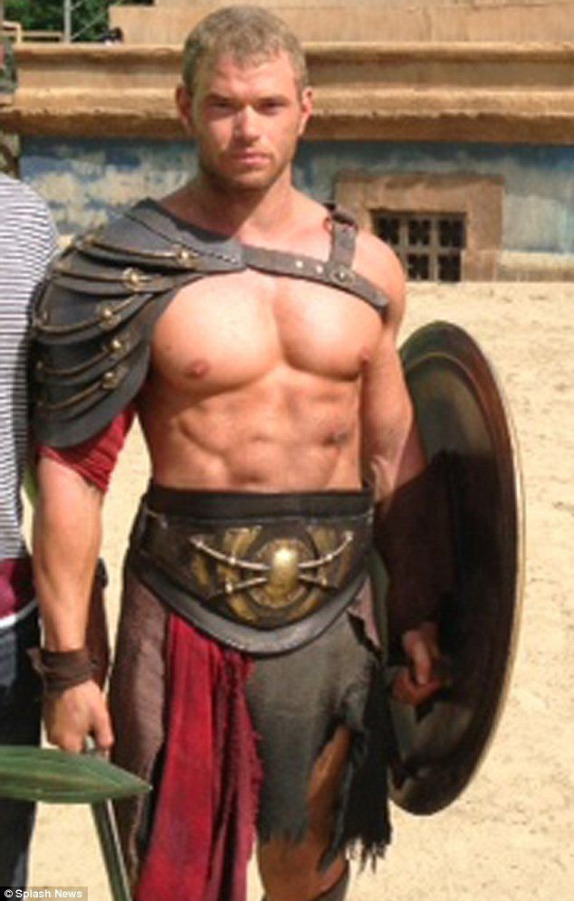 Abs-olutely amazing! Kellan Lutz shows off his incredibly ...