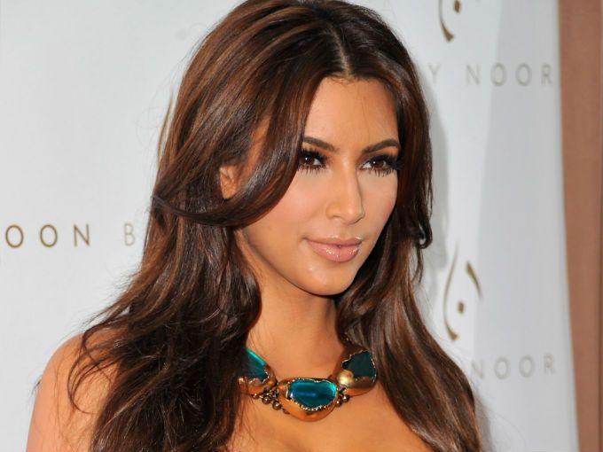 Kim Kardashian está preocupada por una erupción de manchas rojas que se encuentra en sus piernas. Durante el reality show Keeping up with the Kardashians, acudió con un dermatólogo que le diagnosticó psoriasis.
