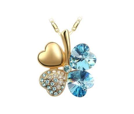 Luxusný prívesok v tvare štvorlístka v modrej farbe so striebornými kamienkami. Prívesok obsahuje retiazku o dĺžke 45cm. Prívesok je vyrobený z kvalitnej chirurgickej ocele. Je ideálny na spoločenské večierky a firemné akcie. Prívesok má zlatú farbu tela aby vynikol čo najviac na Vašom krku. Ozdobte sa luxusným príveskom alebo urobte radosť svojim priateľom.