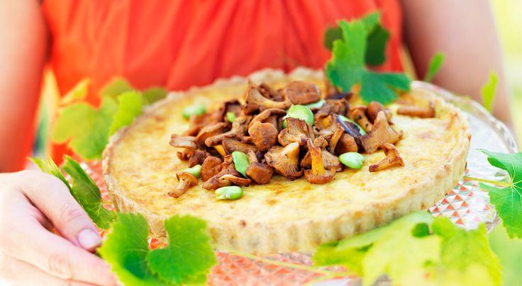 Västerbottenpaj med smörstekta kantareller – bästa receptet! Denna västerbottenpaj toppas med bondbönor och kantareller.