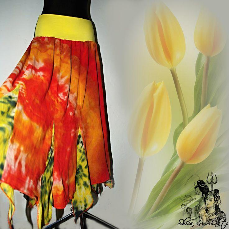 """MAXI SUKNĚ """"CÍPATKA"""" ZE 14 DÍLŮ A SE 13 CÍPY Autorská originální dvoukanýrová čtrnáctidílná, vlastnoručně batikovaná sukně nejen pro milovníky Hippies stylu, která díky pružnému úpletovému pasu sedí na všechny velikosti ! S-XXXL Je ušita ze 100% bavlněného organtýnu, ručně batikovaná do spirály, zafixovaná čtyřmi barvami: oranžová žlutá, červená, ..."""