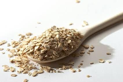 L'avoine possède d'incroyables vertus pour la peau, notamment dans le soin de l'eczéma. Elle peut être appliquée sur les zones affectées de plusieurs manières : en optant pour un bain ou un soin aux flocons d'avoine, ou encore en lotion au son d'avoine.