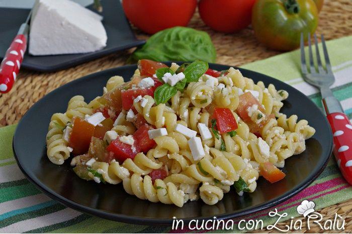 La pasta alla crudaiola barese è un primo piatto fresco e semplice da preparare. Basteranno solo pochi ingredienti per ottenere un piatto gustoso