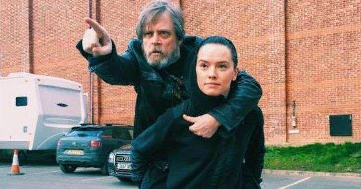 Personagem dos novos filmes é oficialmente a detentora do histórico sabre de luz. O sabre de luz que já passou pelas mãos de Anakin Skywalker e seu filho, Luke Skywalker, agora pertence oficialmente à Rey. A confirmação veio de Pablo Hidalgo, executivo do grupo de histórias da Lucasfilm. Em O Despertar da Força, o sabre …