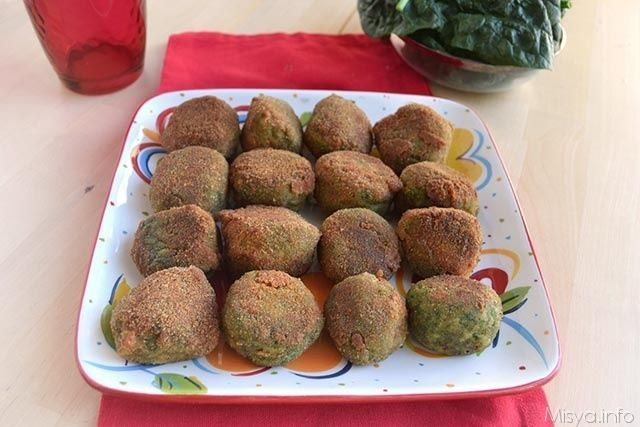Le polpette di tacchino e spinaci sono un secondo piatto semplice e sfizioso che unisce il gusto delicato della carne di tacchino con quella degli spinaci. Queste