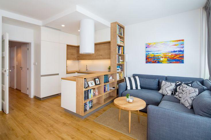 Bílá kuchyň splývá se stěnami, proto celý prostor působí opticky větší, než ve skutečnosti je.