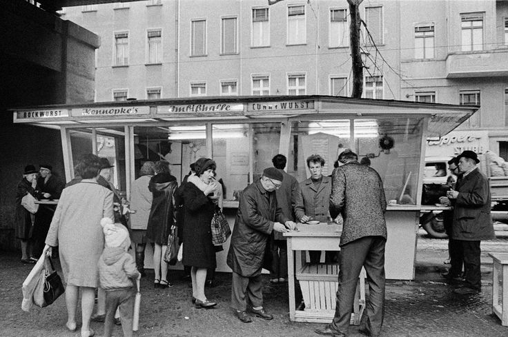 "© Bernd Heyden: Am Bockwurststand ""Konnopke"", Schönhauser Allee, Ost-Berlin, 1970 © bpk/Bernd Heyden Exhibition at Willy-Brandt-Haus Berlin till Jan 15, 2017"