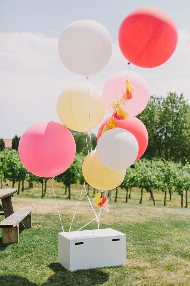 Riesenluftballon als Hochzeitsdeko - Lässige Gartenhochzeit in Pastell von Thomas Steibl Photography | Hochzeitsblog - The Little Wedding Corner