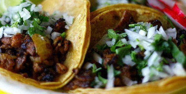 La tortilla, sol de maíz. Única, típica, suculenta, calientita, con sal, tostada, en taco, al pastor, en quesadilla, chilaquil, sope, en sopa, a mano, de comal, azul, blanca, amarilla, gorda, delgadita, pequeña, grande, la tortilla mexicana es el símbolo y la tradición más antigua de la cultura culinaria de nuestro país.