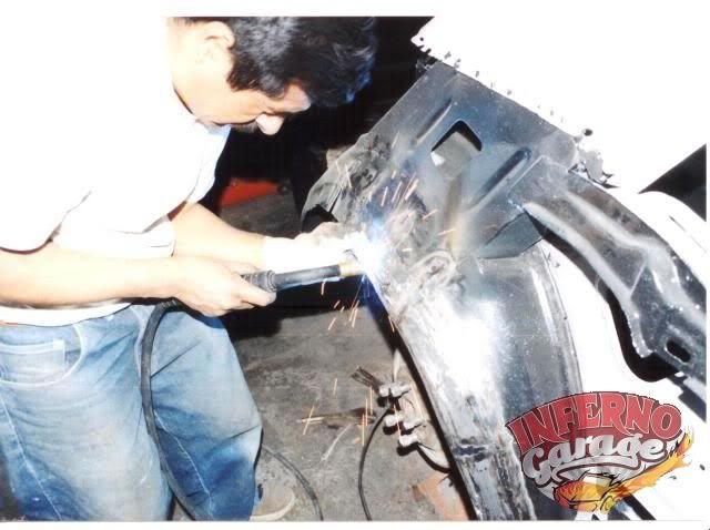 150.- Aquí Nachito después de muchísimos cortes se esta encargando de soldar de nuevo las partes.  #Restauración #Mustang65 #InfernoGarage