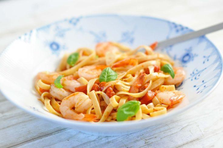 En super hurtig pastaret med rejer i en simpel men lækker tomatsauce. Lav den på dage, hvor du har travlt og vælg fuldkornspasta, hvis du kan finde det