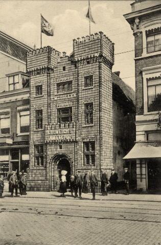 Afbeelding van de gevelversiering tegen de voorgevel van IJzerhandel G. W. van Dillen jr. (Vredenburg 22) te Utrecht waar met inmaakpotten een middeleeuws versterkt huis is gereconstrueerd, ter gelegenheid van het 55e lustrum (275-jarig bestaan) van de universiteit te Utrecht.1911
