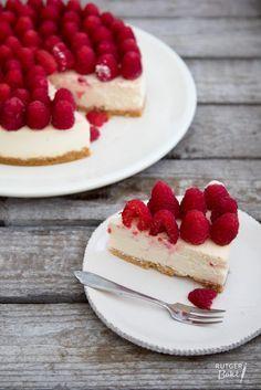 Witte chocoladecheesecake met frambozen met bodem van sprits koekjes