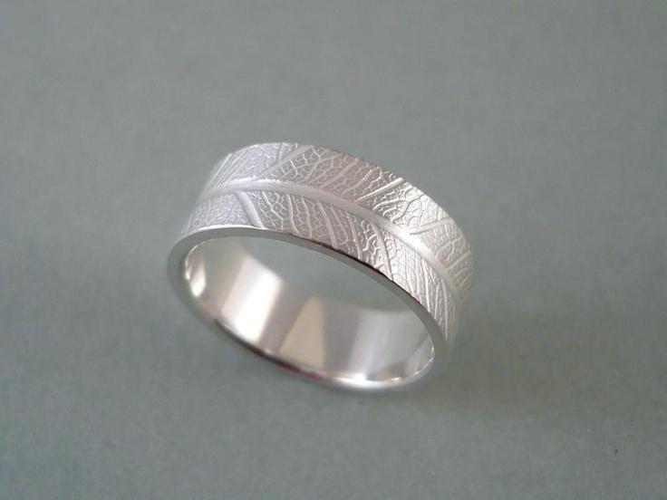 zierlicher Ring mit Blattmaserung