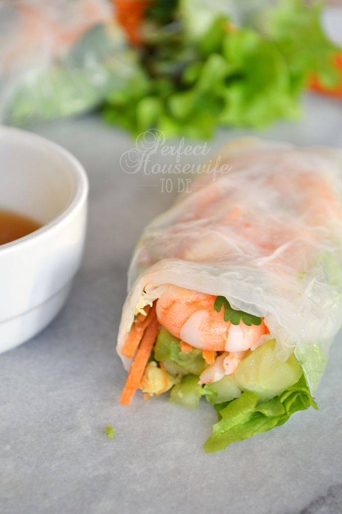 Gezonde summer spring rolls (rijstvel loempia's) met garnalen en avocado, en limoen-gember dressing